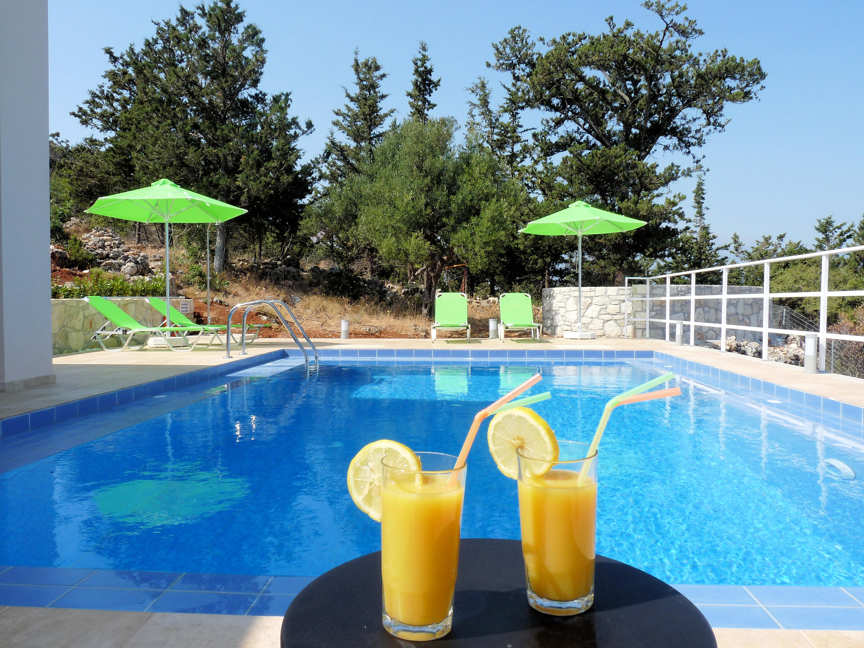 Couleur vacances location en cr te de villas avec for Piscine 3 05 x 1 22
