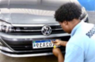 homem verificando placa do carro