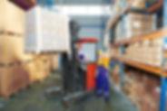 סבלים בזמן סידור מחסן עם מלגזה