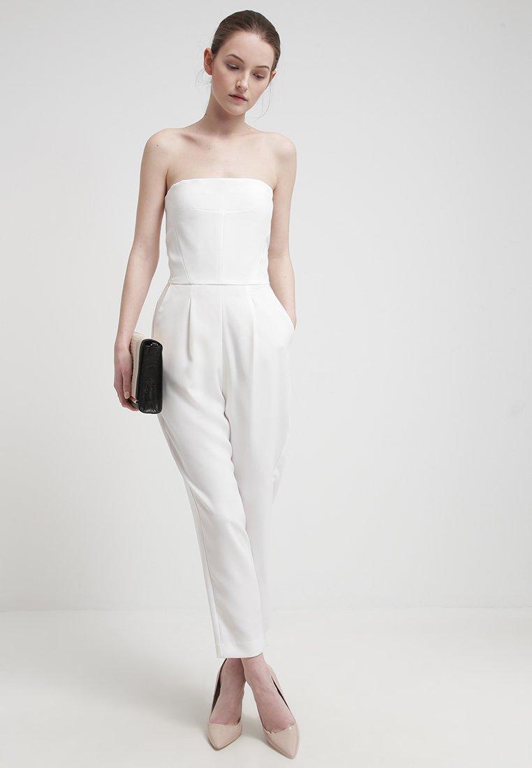 Une mari 233 e en pantalon atelier blanc wedding designer interior