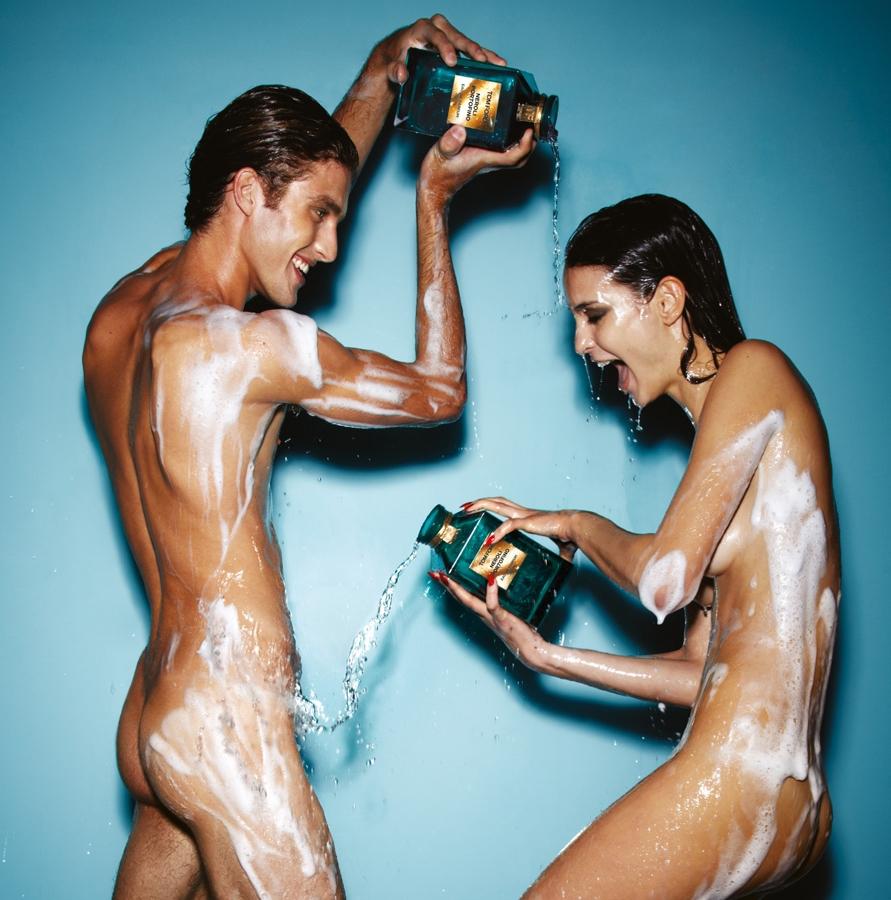 После душа женщины голые намазывают тело кремом 15 фотография