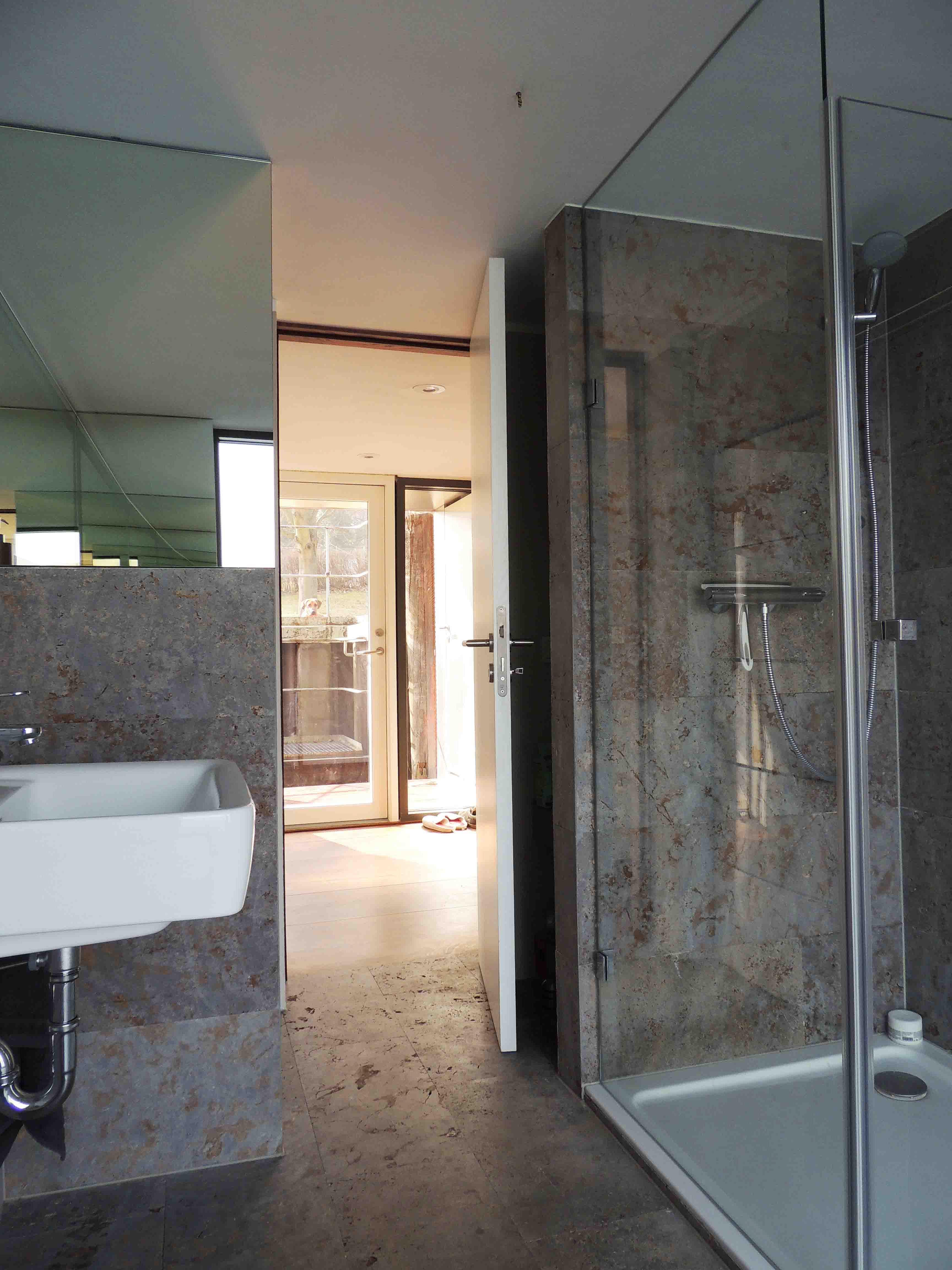 energyboat luxus panorama hausboot ebenerdige dusche. Black Bedroom Furniture Sets. Home Design Ideas
