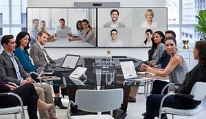 Grupo de executivos em uma reunião em videoconferencia utilizando tecnologia de videochamada e comunicação unificada