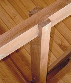 Detalle de baranda y piso en madera