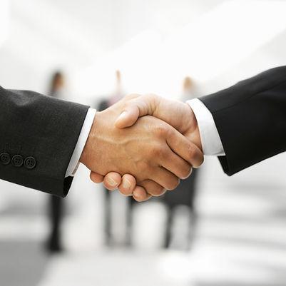 兩個男人握手