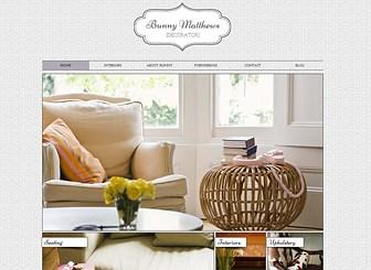 インテリアデザイナー Template - 美しい壁紙のような背景に、素敵なロゴとインテリデザインの写真をあしらったビジネス用テンプレートです。過去の実績を紹介する写真ギャラリーに加え、プロフィール、ブログ、お問い合わせフォーム、ソーアシャルメディアなど充実したコンテンツを備えています。