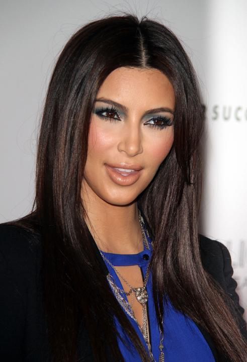 Vestido azul electrico y maquillaje