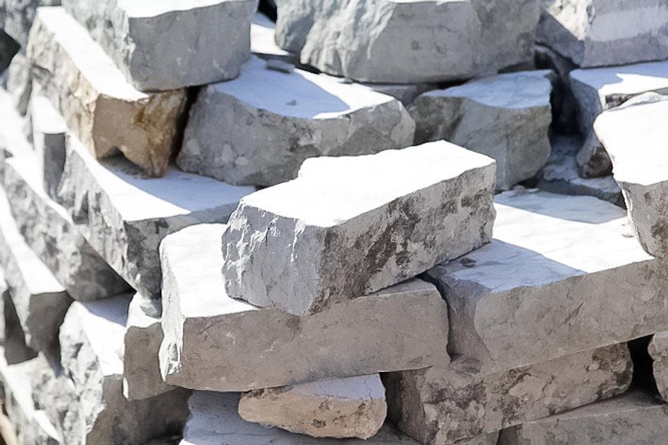 סלעים ואבני סלע בזלת