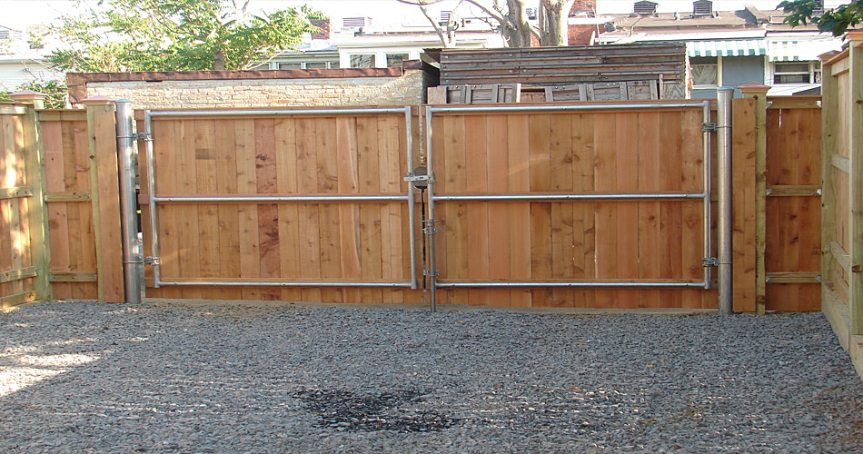 Aristocrat iron fence with solid metal share on
