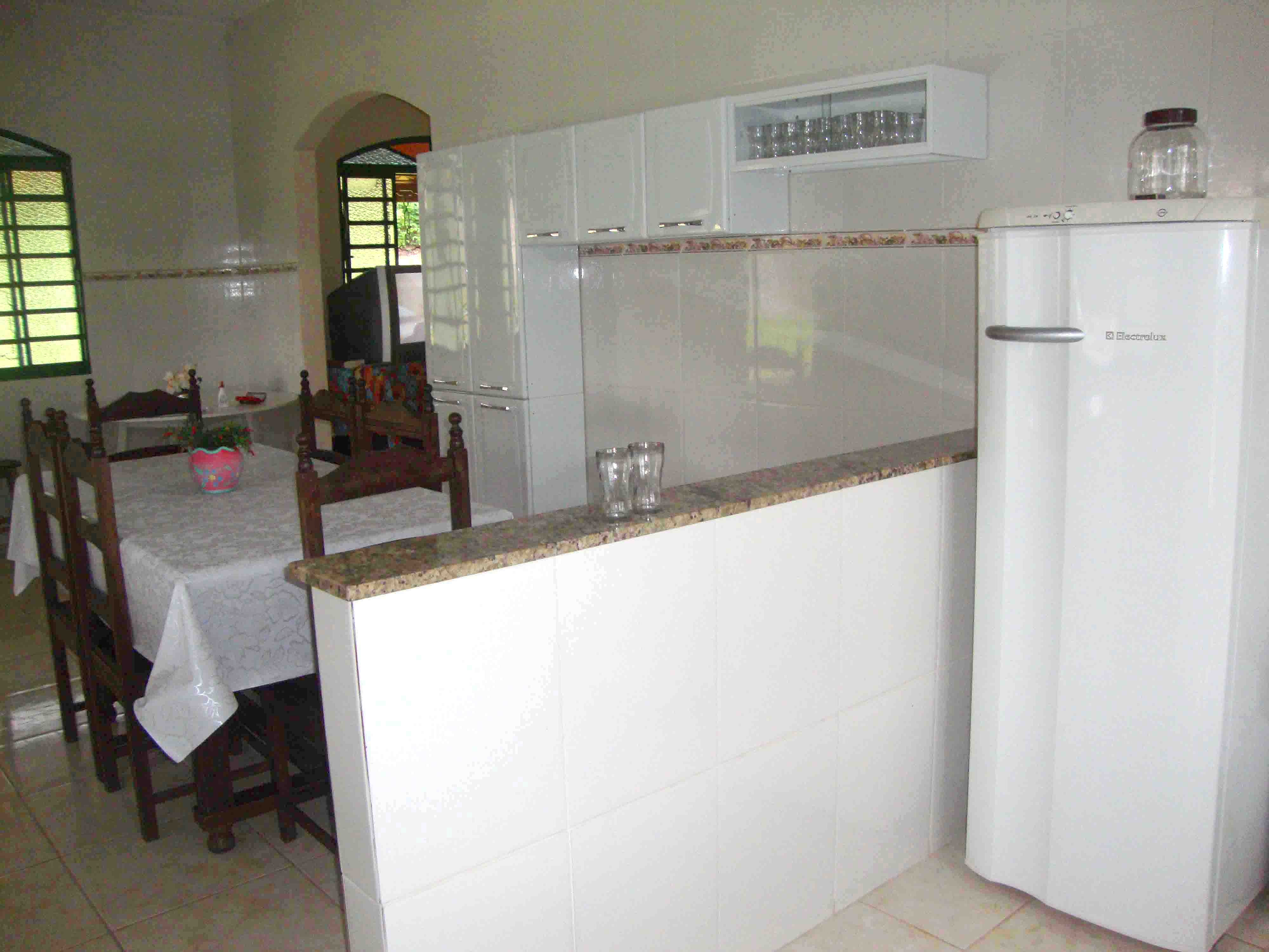 #4F5D3F  mesa e cadeiras em sucupira fazem parte da cozinha da casa sede 4000x3000 px Projetos De Cozinhas Conjugadas Com Copa #489 imagens