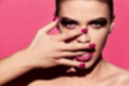 Helle Maniküre und Lippenstift