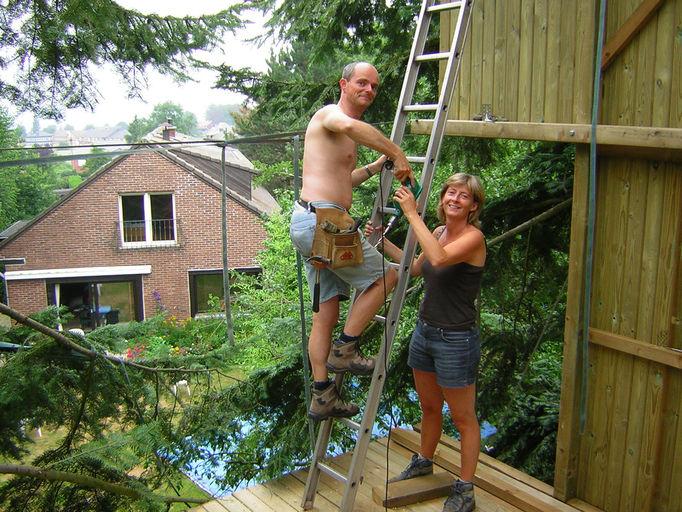 cabane perch e dans les arbres location insolite beaufays belgique. Black Bedroom Furniture Sets. Home Design Ideas