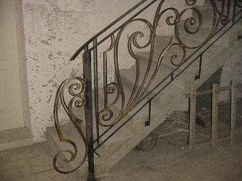 Перила из металла на второй этаж