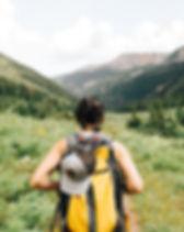 Menina que caminha nas montanhas
