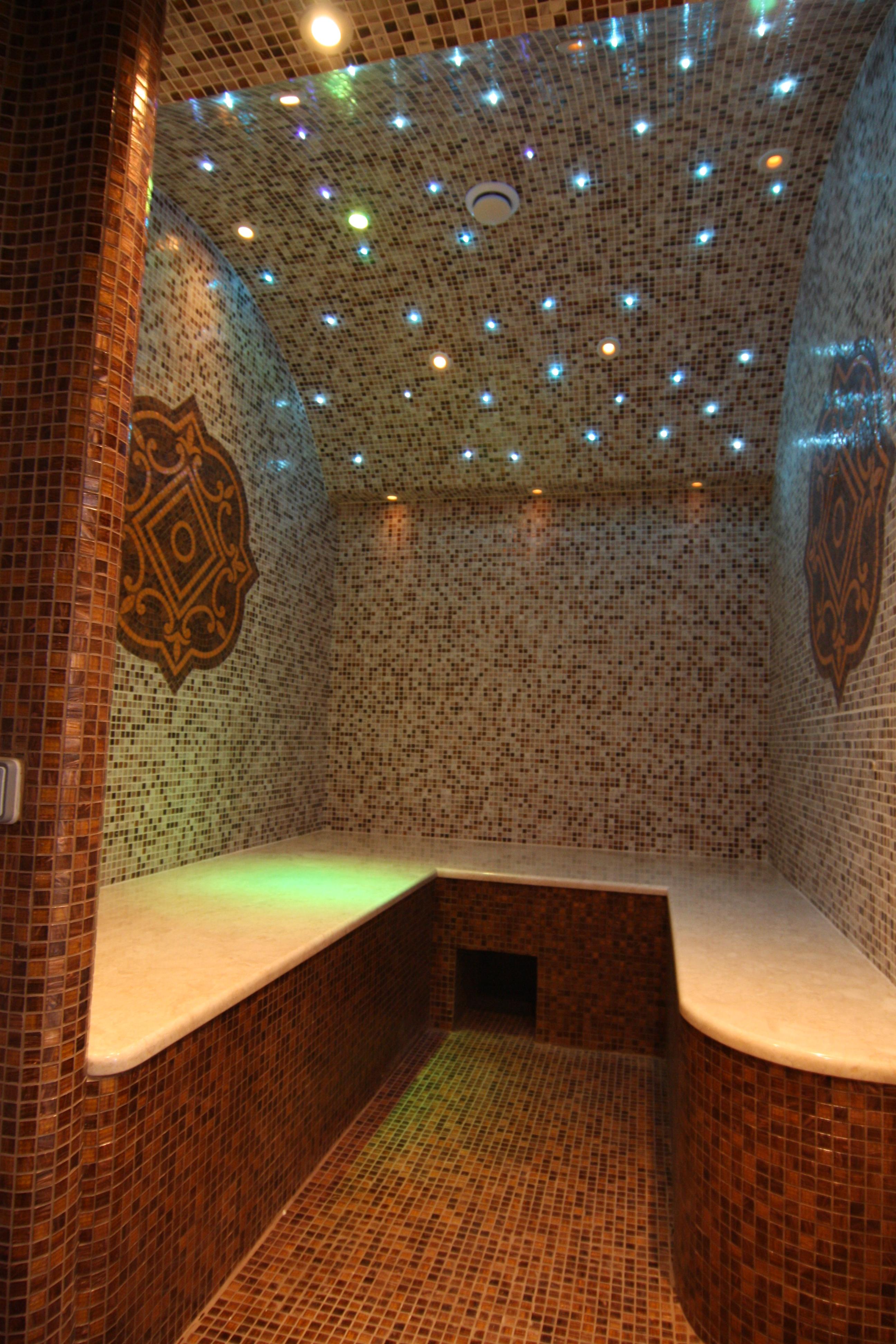 Интерьер гостиной в деревянном доме с камином