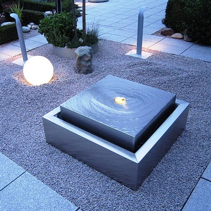 Wasserspiele im Garten   kleiner Gartenbrunnen im japanischen Stil