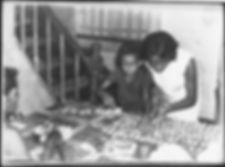 Renée cuisinant des petits-fours avec ses enfants en Guadeloupe
