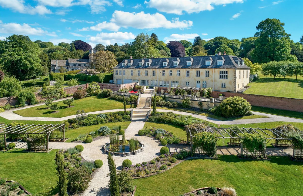 ROBBIE WILLIAMS LISTS RURAL ENGLISH COUNTRY ESTATE