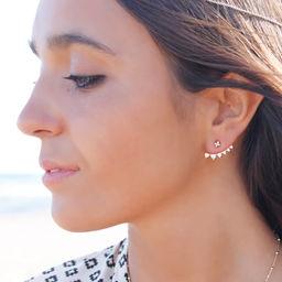 Pendiente de Plata de Ley bañado* en Oro Amarillo compuesto por dos dormilonas en forma de estrella y un pendiente colocado por debajo de la oreja con