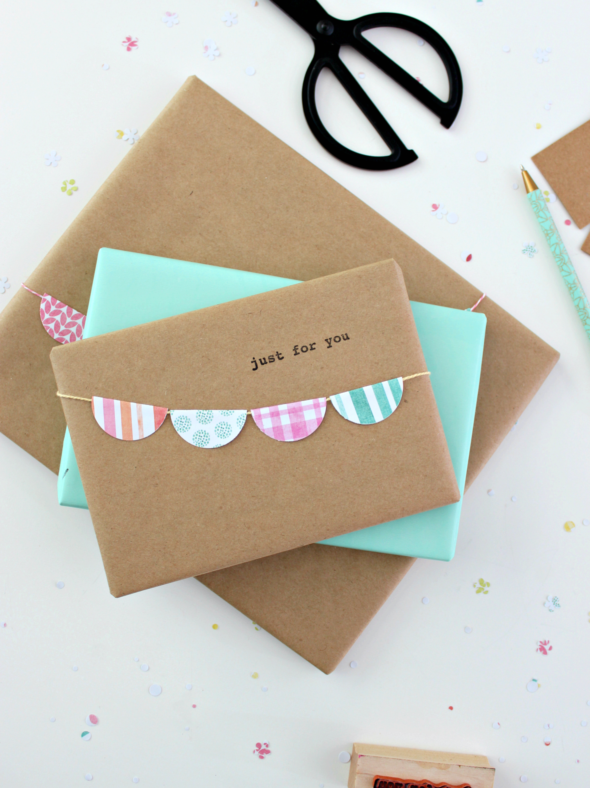 A SIMPLE GARLAND GIFT WRAPPING IDEA FOR SPRING