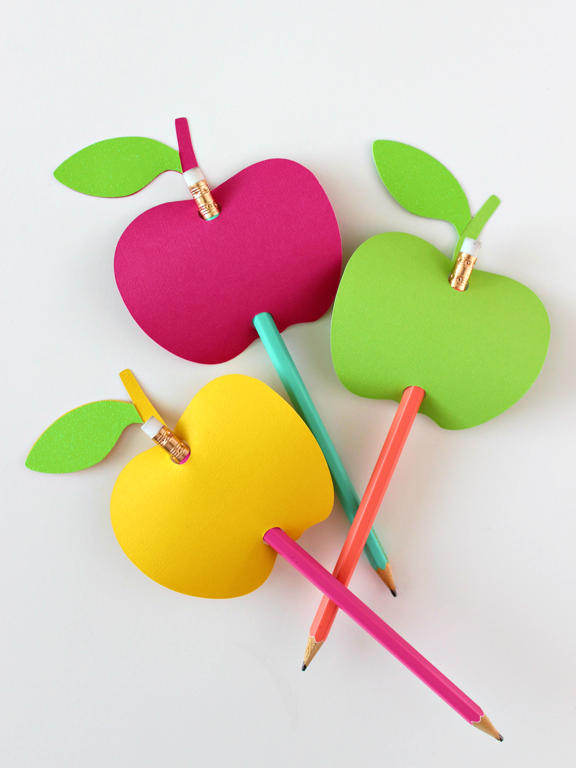 APPLE-SHAPED PENCIL TOPPERS (WITH FREE CUT FILE)