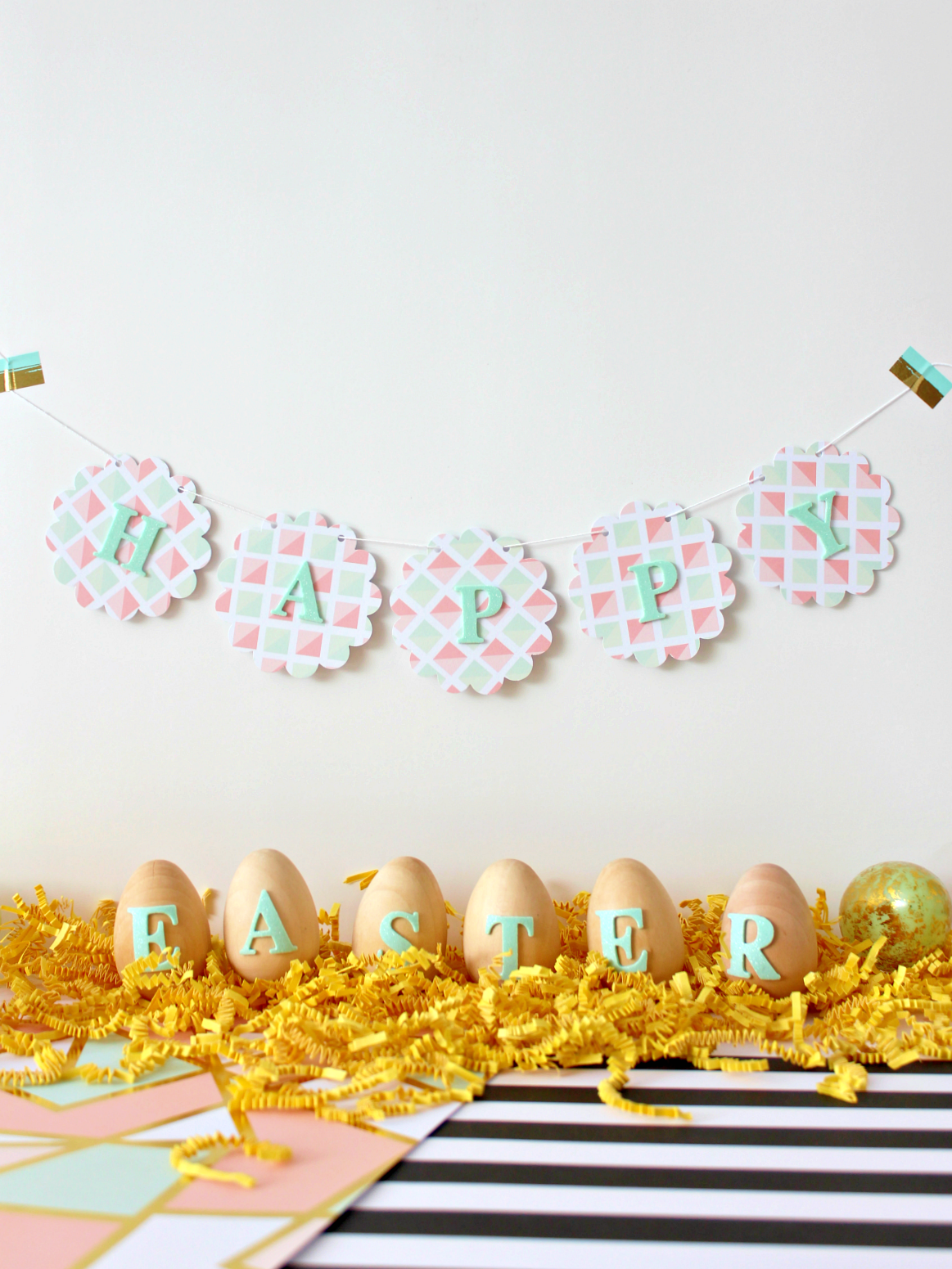 A MINT HAPPY EASTER GARLAND & WOODEN EGGS