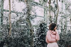 Mujer en un invernadero