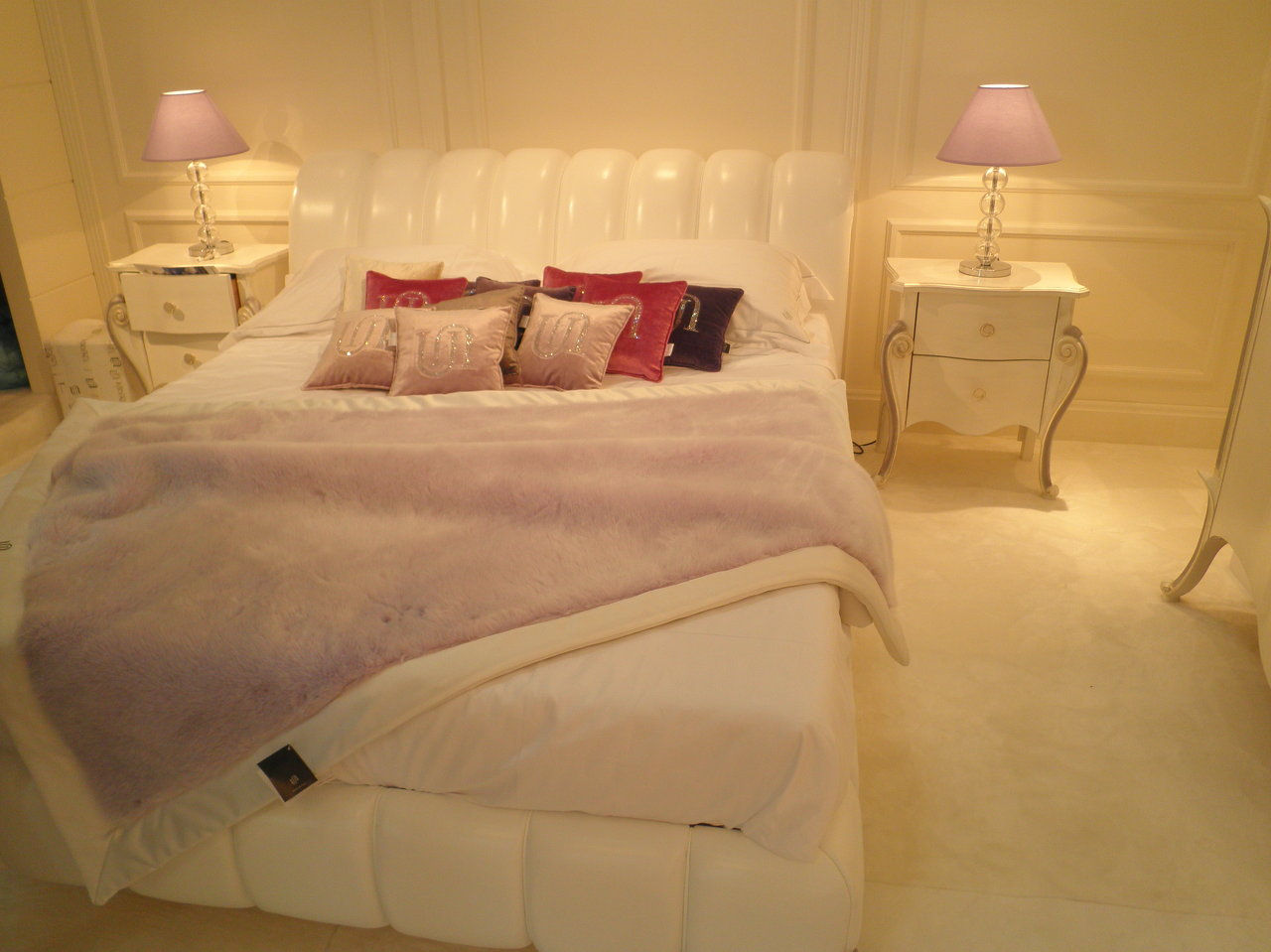 cama 3.980€. mesita 1.450€