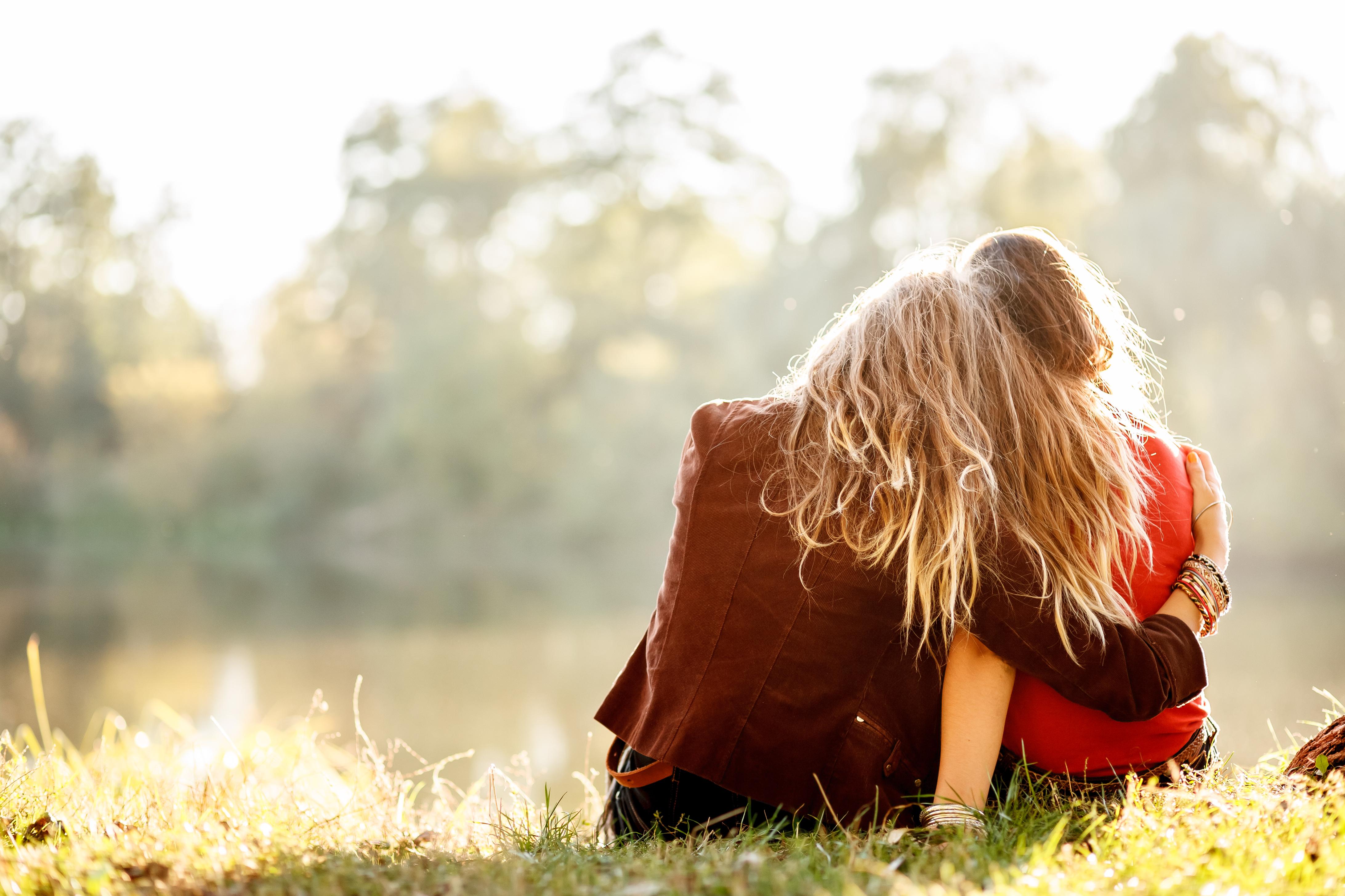 Фото подруг как они обнимаются 5 фотография