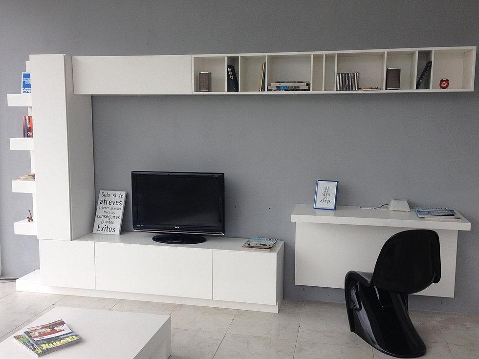 Mueble flotante para tv y accesorios for Mueble tv dormitorio