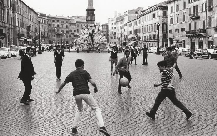 Risultati immagini per bambini pallone piazza