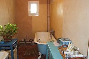 salle de bain finie enduit chaux chanvre au fond autour de la baignoie un enduit stucc jaune le reste est un enduit largile mlang des - Enduit A La Chaux Salle De Bain