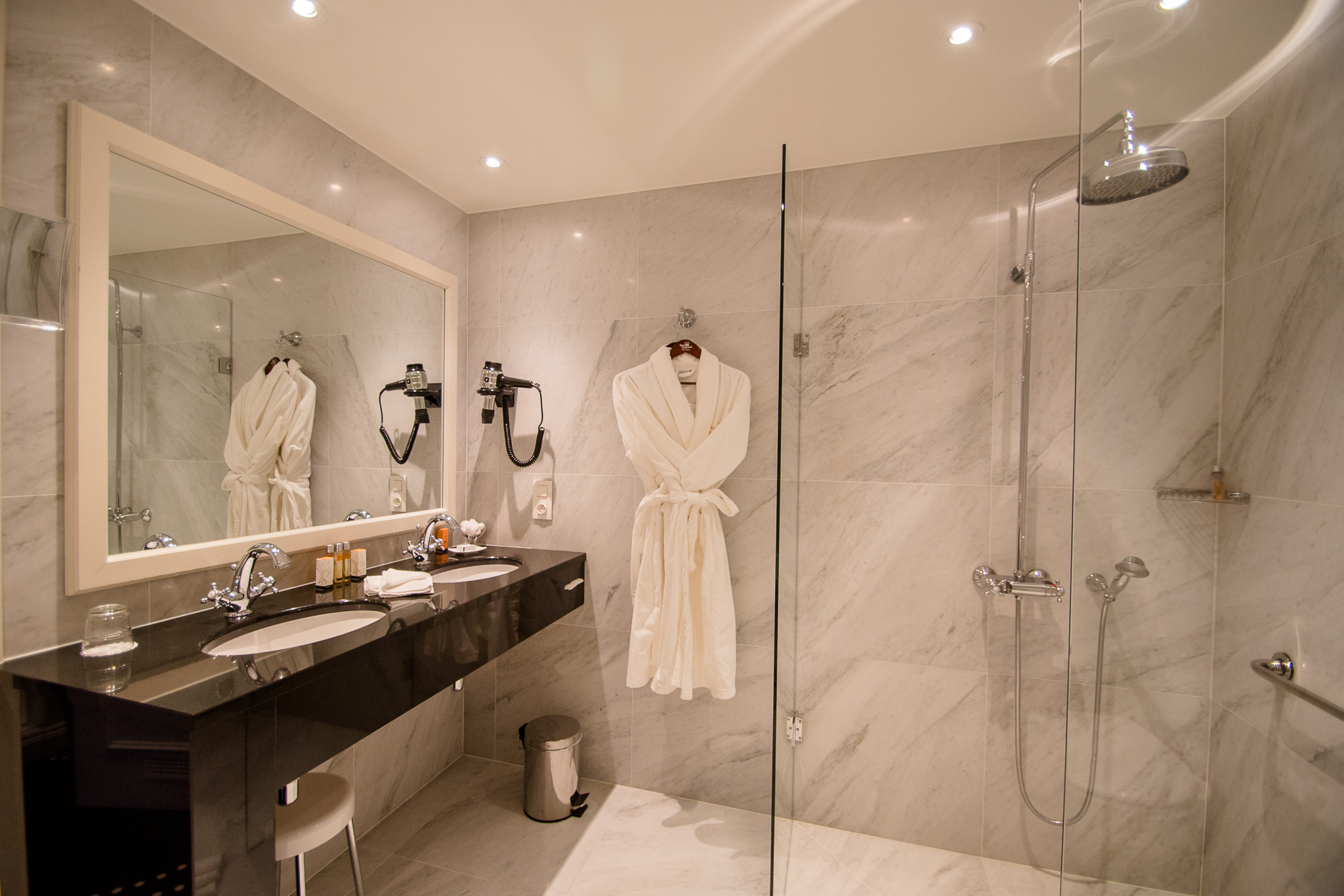 Badkamer Sanitair Brugge : Gheleyns vloeren faiencen badkamers brugge