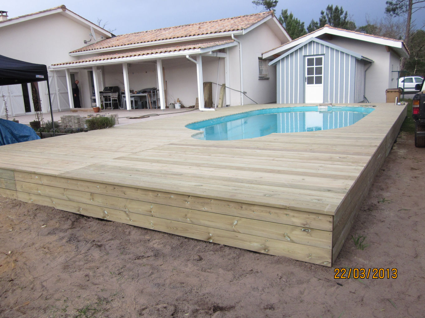 Terrasse en bois pour piscine hors sol excellent piscine for Local technique piscine leroy merlin