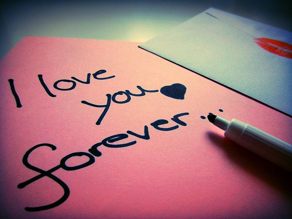 Einen Liebesbrief an deinen Schwarm schreiben