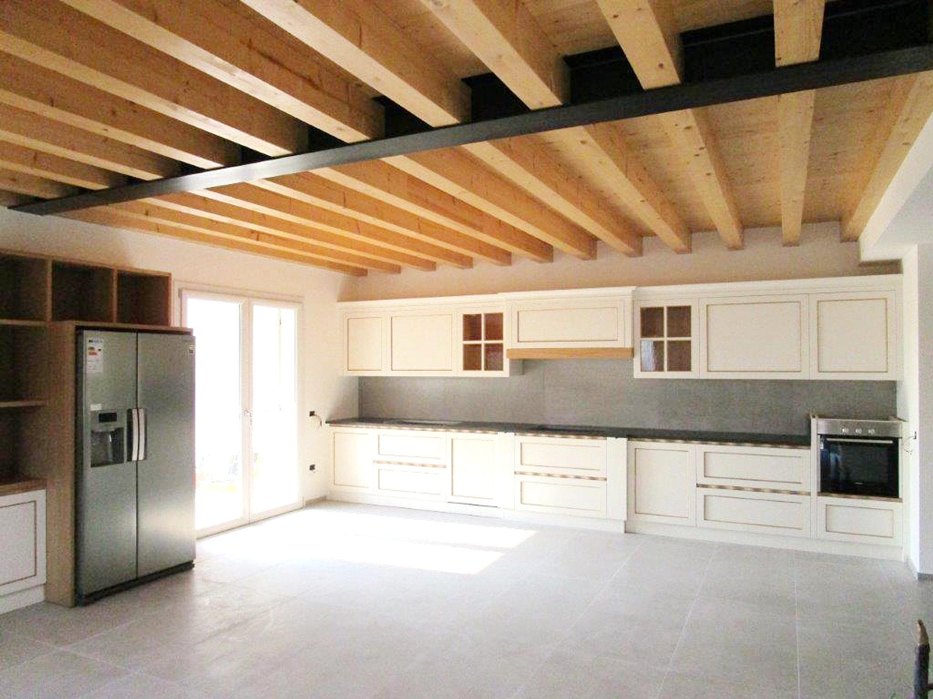 cucina mod eva in legno laccato bianco liscio bordi tinta naturale e top in granito nero