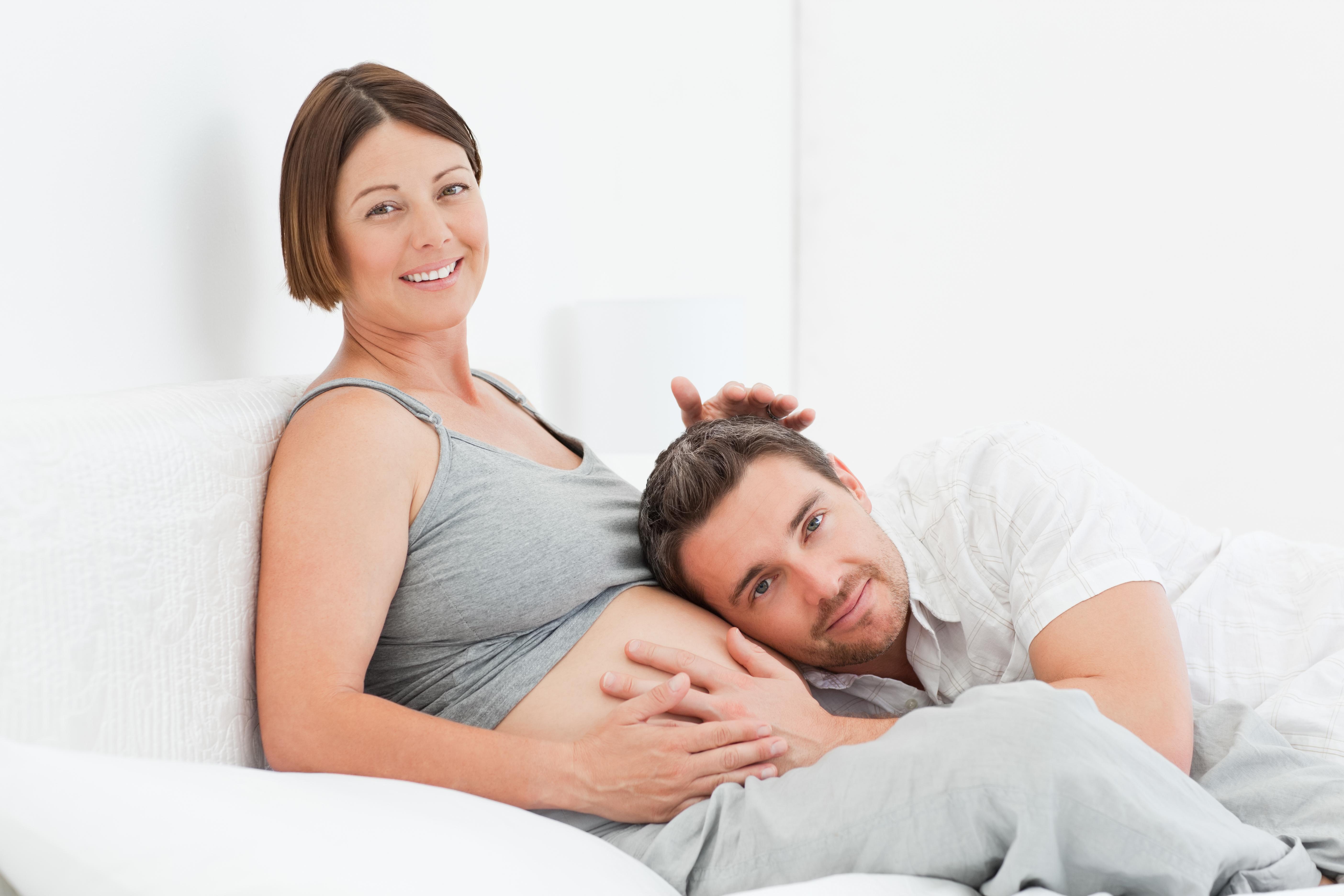 Фото беременной женщины с мужем и ребенком