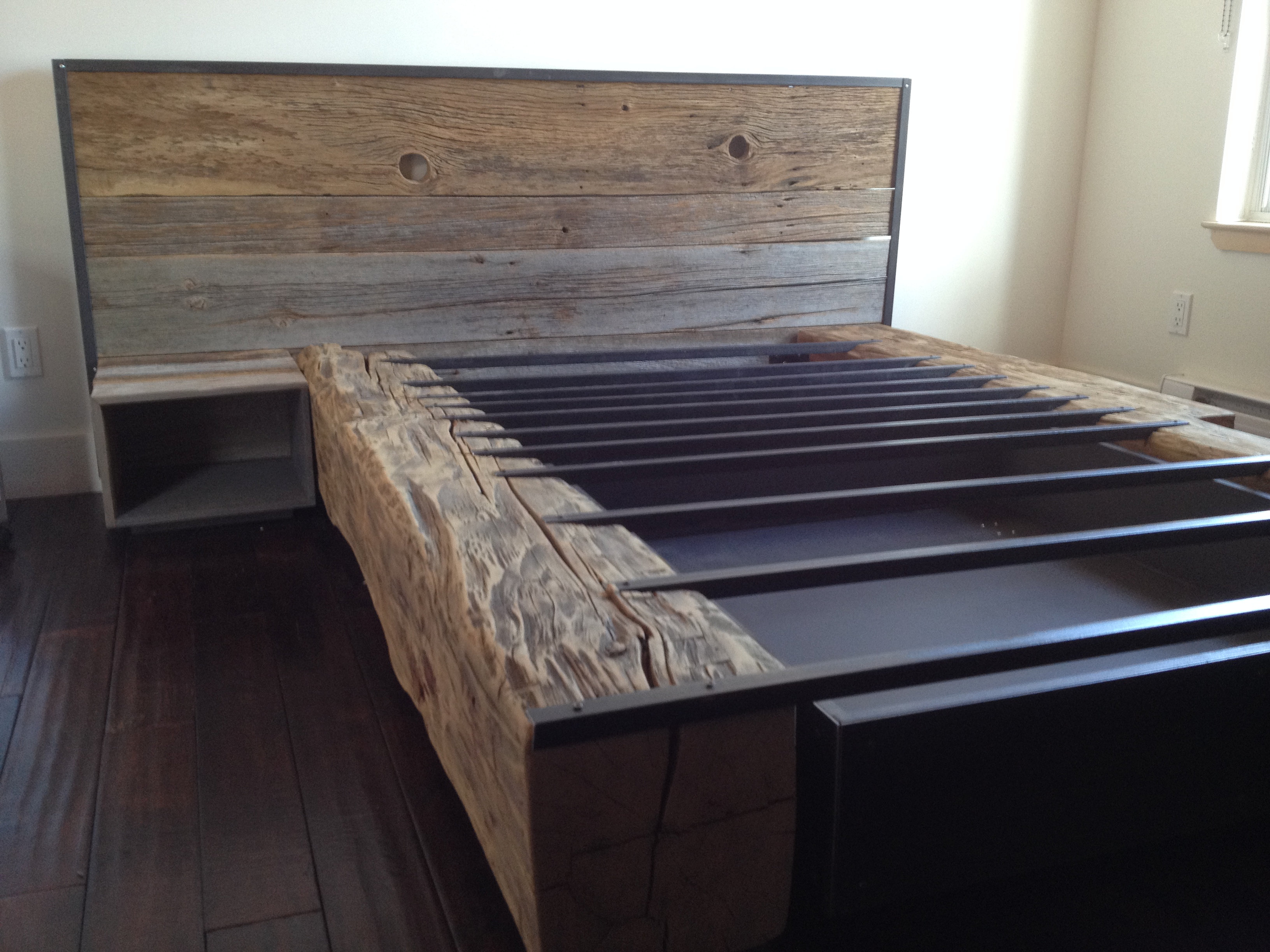 Atelierlovasi lit queen bois de grange - Table de chevet en fer ...