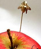 Spinka do klapy pszczoła