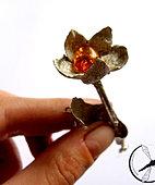 Broszka-kwiat z bursztynem