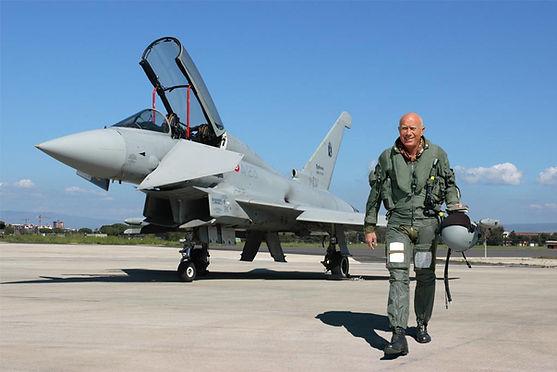 Il Generale di Squadra Aerea Giulio Mainini - Comandante la Squadra Aerea presso il 4° Stormo di Grosseto con l'Eurofighter Typhoon. anno 2006