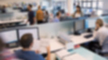 Personas trabajando en una oficina.