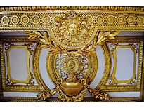 🌞✨ Another gilt furniture to brighten up your Instagram feed! The Apollo imagery was very common in the 17th-century as Louis XIV was dubbed