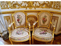 🗝✨ Lovely flowery seats that remind of Louis XVI period chairs! These could easily have belonged to Marie-Antoinette for her quaint Petit Tr
