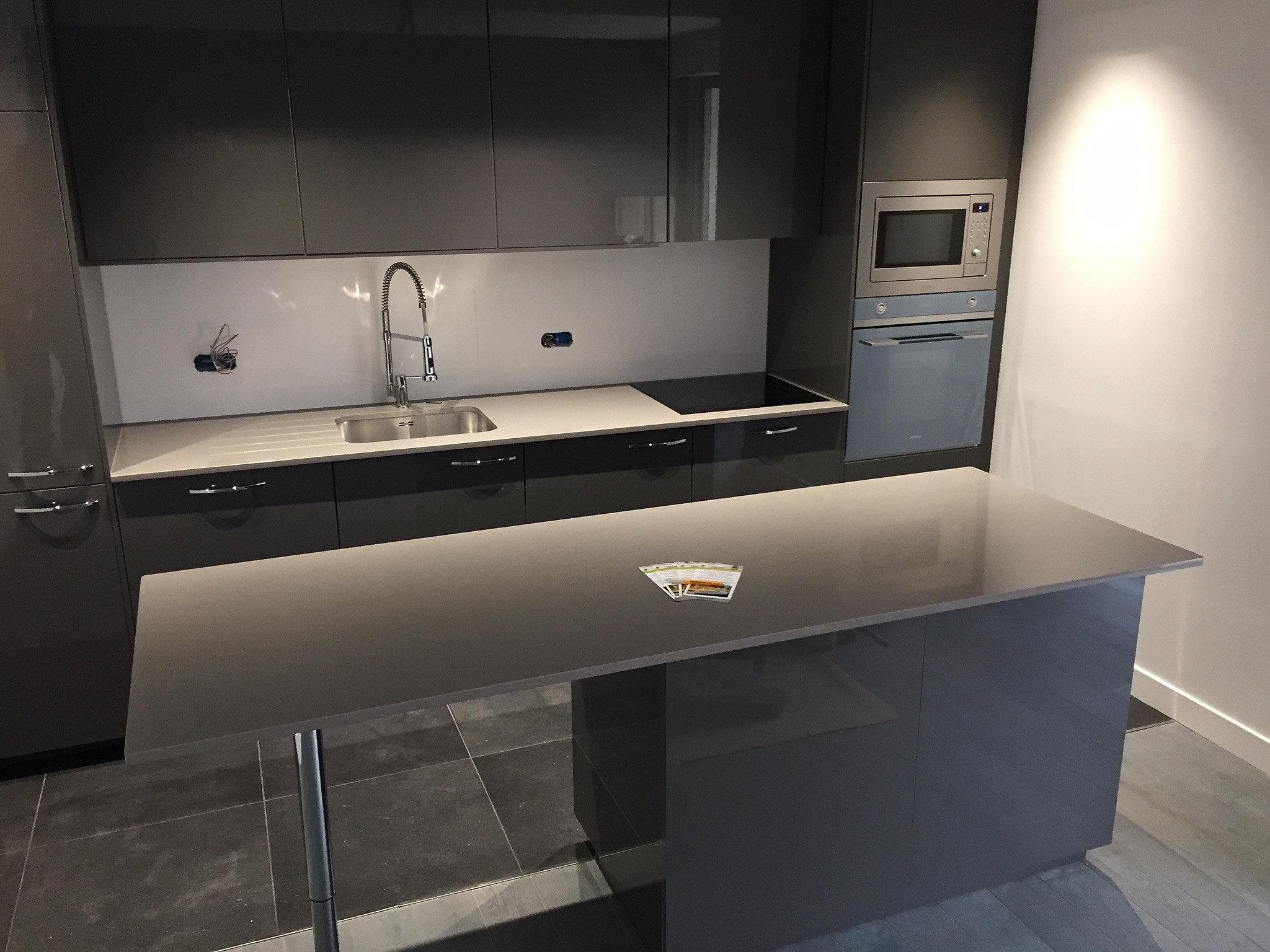 Plan de travail granit quartz table en mabre paris - Plan de travail cuisine inox ...