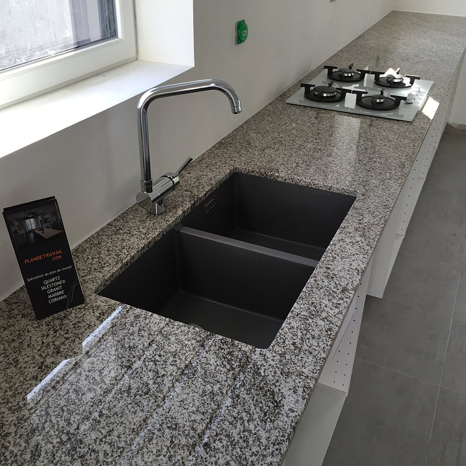 Best plan de travail granit branco with granit plan de for Plan de travail quartz gris