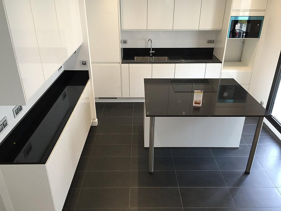 Plan de travail pierre quartz granit paris for Cuisine noir brillant