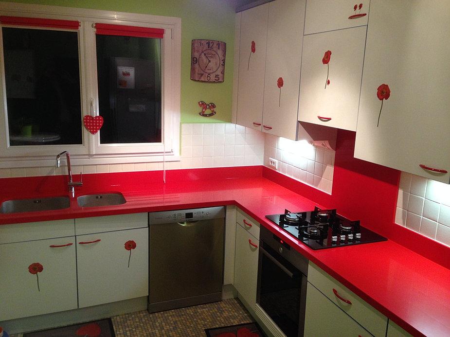 Salon Moderne Design Italien : plan de cuisine en Quartz rouge
