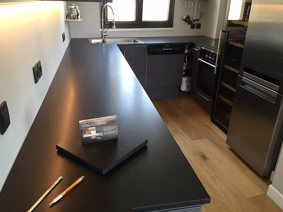 Plan de travail granit quartz table en mabre paris essonne - Plan de travail noir mat ...