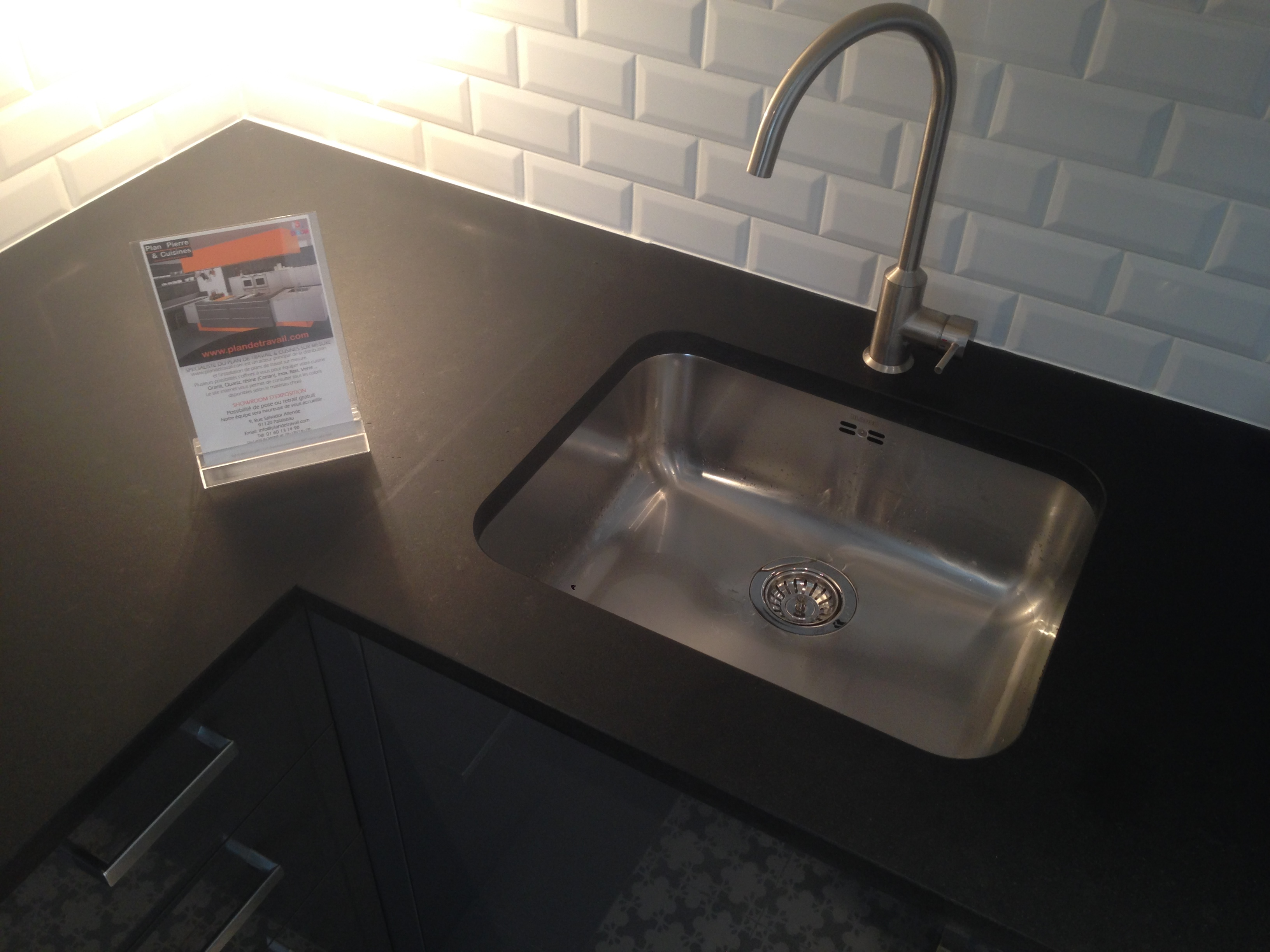 Plan de travail granit quartz table en mabre paris - Table coulissante sous plan travail ...